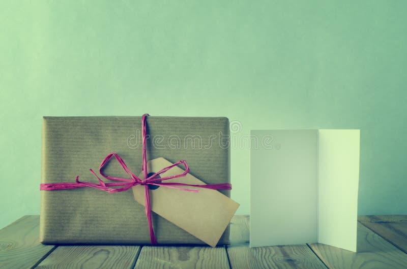 与酒椰弓和空白的被包裹的和被标记的包装纸礼物 库存图片
