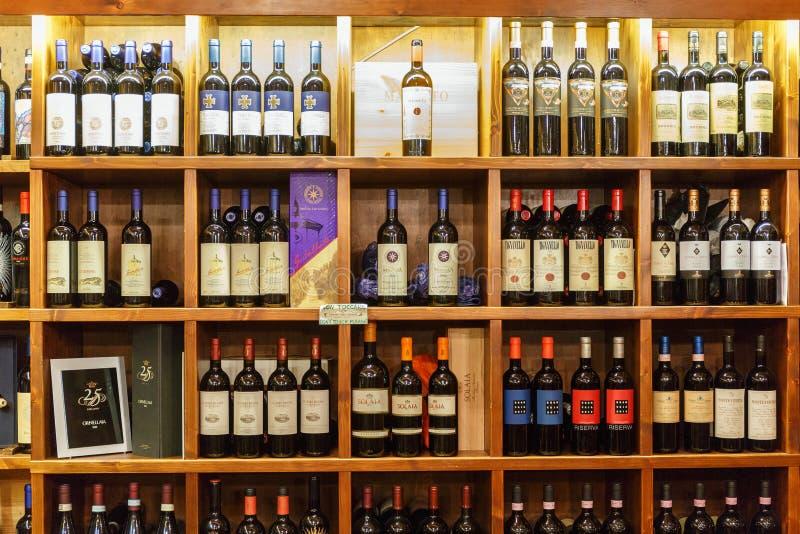 与酒瓶的酒铺在架子 库存照片