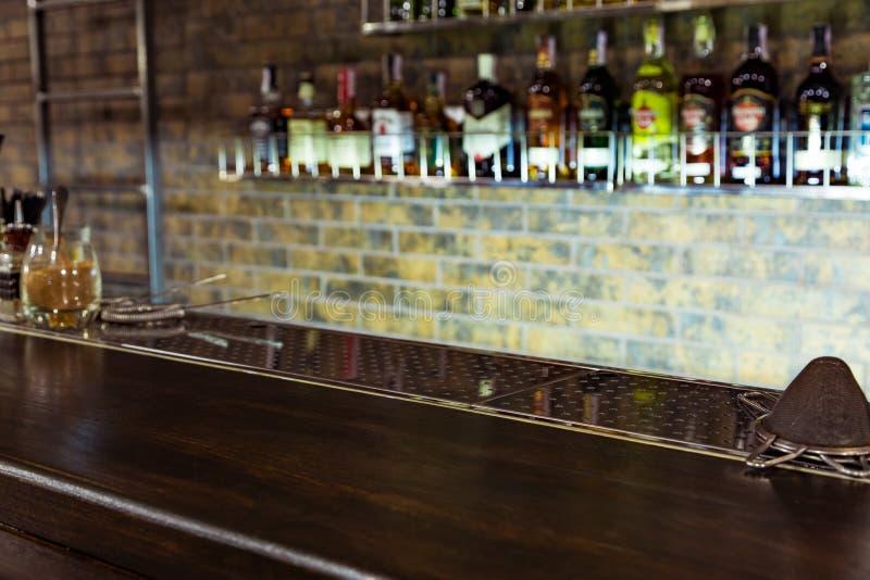 与酒精的酒吧柜台 免版税库存照片