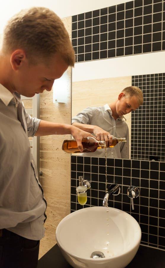 与酒精问题的商人结尾 免版税库存图片