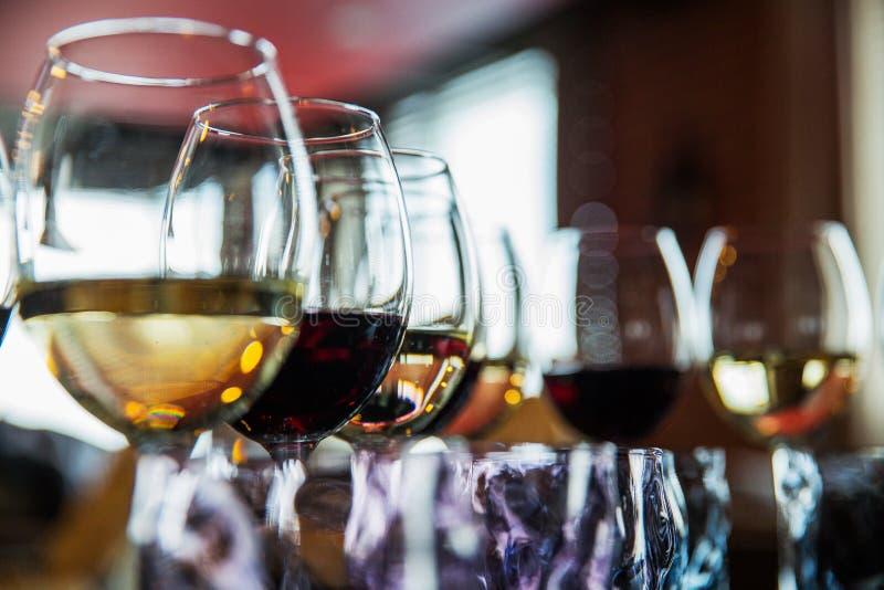 与酒精饮料的玻璃在餐馆 免版税库存图片