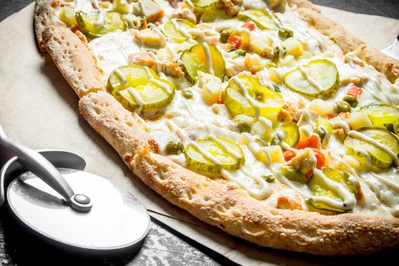 与酥脆外壳的芬芳菜比萨 免版税库存照片