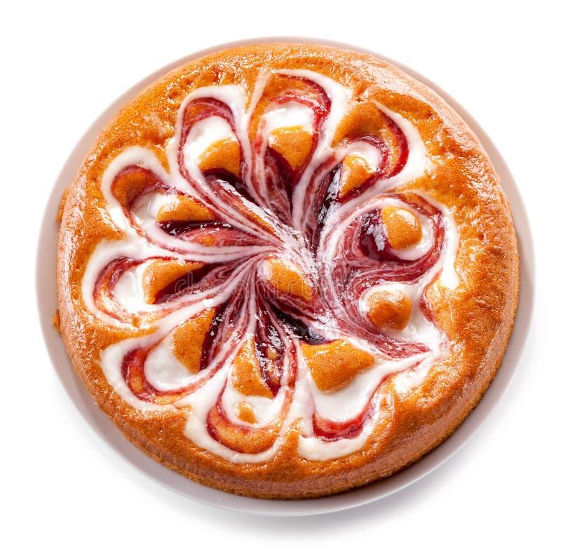 与酸奶在白色背景隔绝的奶油馅饼特写镜头的果子果酱 库存照片