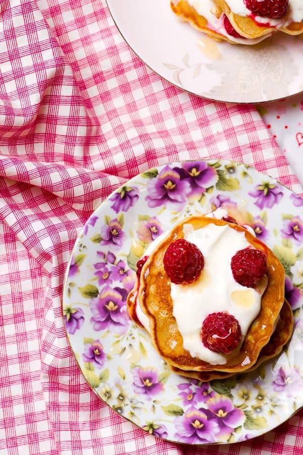 与酸性稀奶油和莓的薄煎饼 库存照片