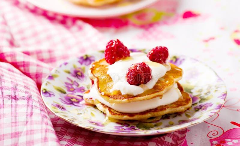 与酸性稀奶油和莓的薄煎饼 免版税库存图片
