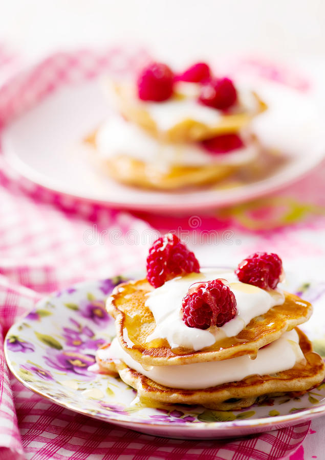 与酸性稀奶油和莓的薄煎饼 免版税库存照片
