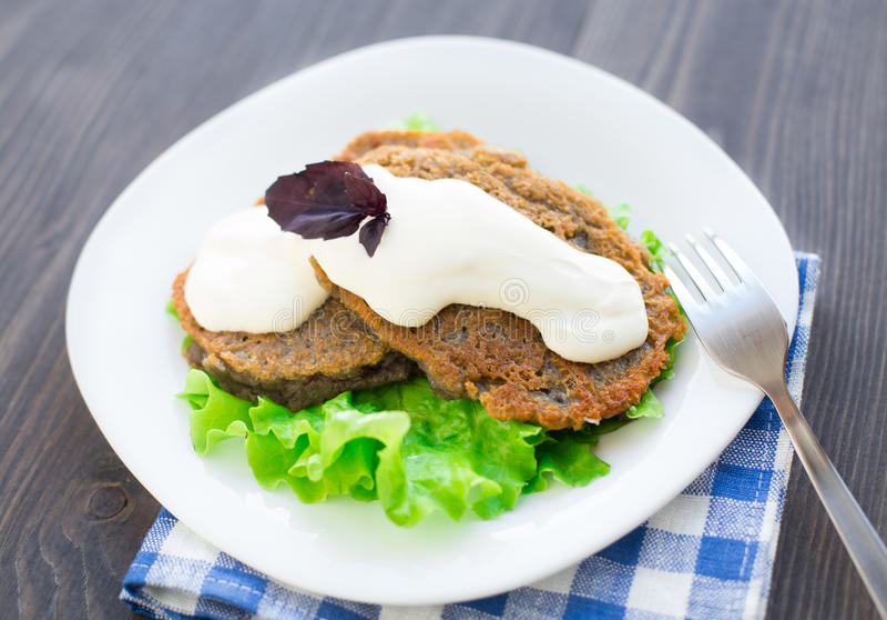 与酸性稀奶油的土豆薄烤饼 免版税库存图片