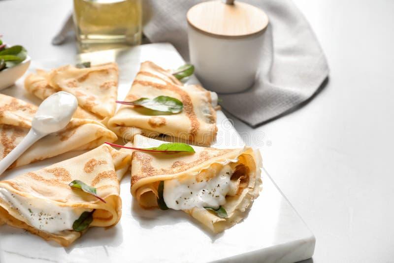 与酸性稀奶油的稀薄的薄煎饼 库存照片