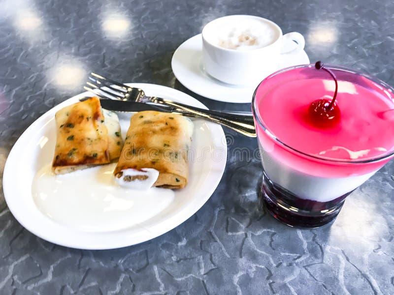 与酸性稀奶油的被充塞的薄煎饼 库存图片