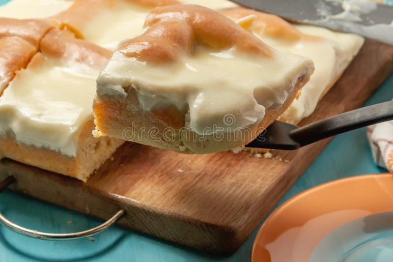 与酸性稀奶油的被切的苹果饼在木切板-照片,图象 库存照片