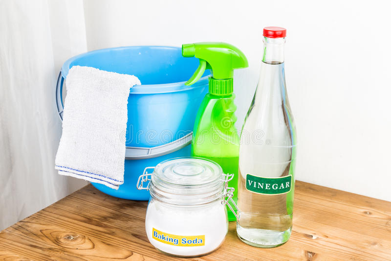与醋,有效的房子cleani的自然混合的发面苏打 免版税库存照片