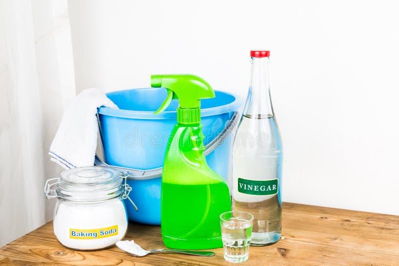与醋,有效的房子cleani的自然混合的发面苏打 免版税图库摄影