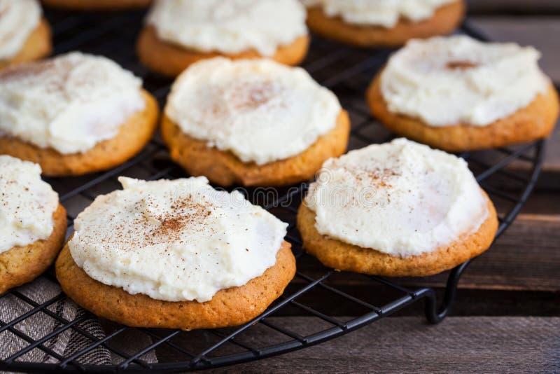 与釉和桂香的自创南瓜香料蛋糕曲奇饼 免版税库存图片