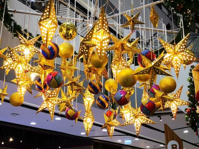与里面的电灯泡的许多美丽的金黄星和许多colo 库存照片