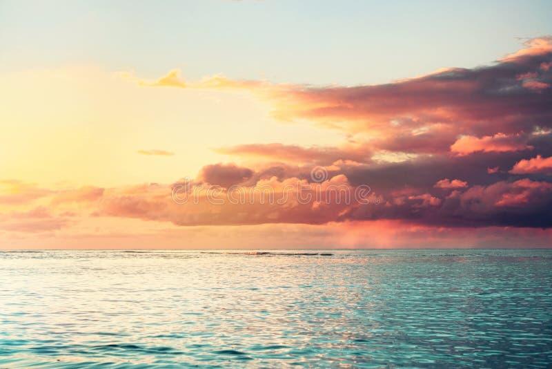 与重的云彩的美好的五颜六色的海日落 库存照片