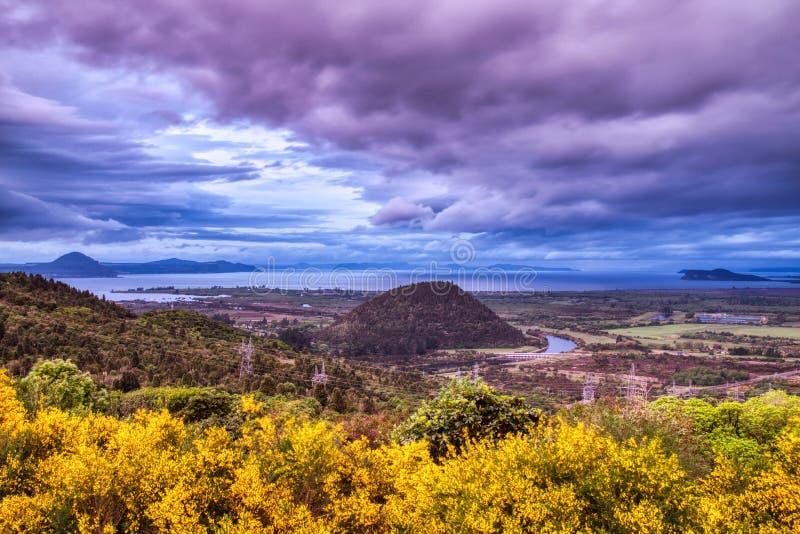 与重的云彩的Taupo湖鸟瞰图,新西兰 免版税图库摄影
