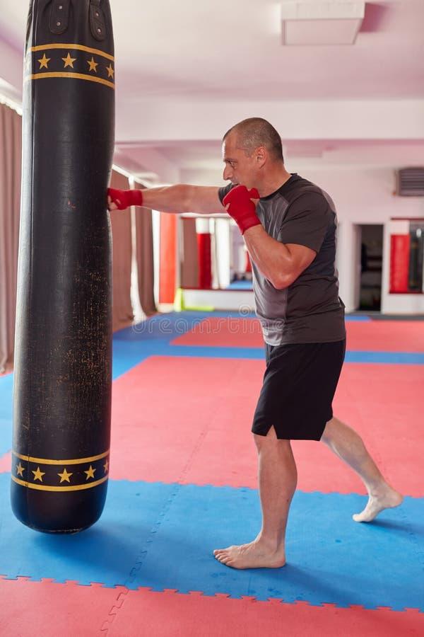 与重的袋子的泰拳战斗机 免版税库存照片