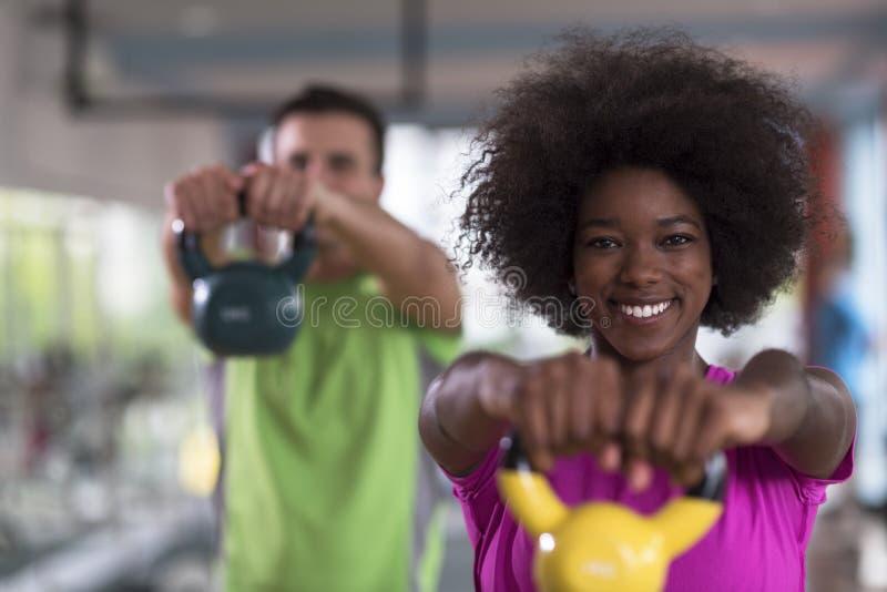 与重量的夫妇锻炼在crossfit健身房 库存照片