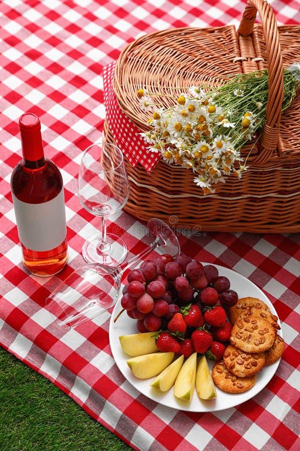 与野餐篮子、酒和产品的构成在一揽子室外 库存照片