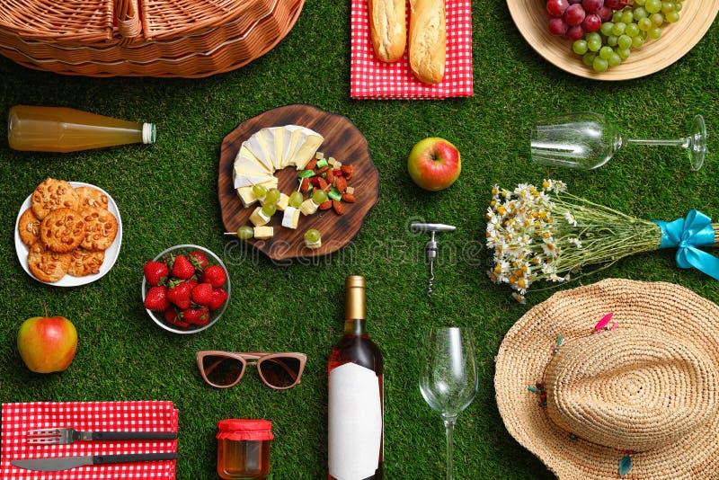 与野餐篮子和产品的平的被放置的构成 图库摄影