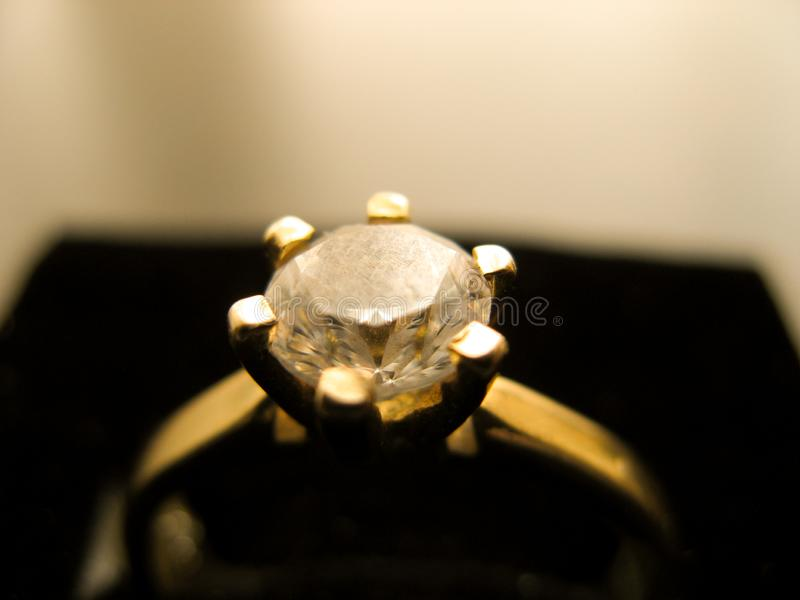 与金刚石宝石的金戒指在特写镜头 用金刚石装饰的金结婚戒指 免版税库存图片