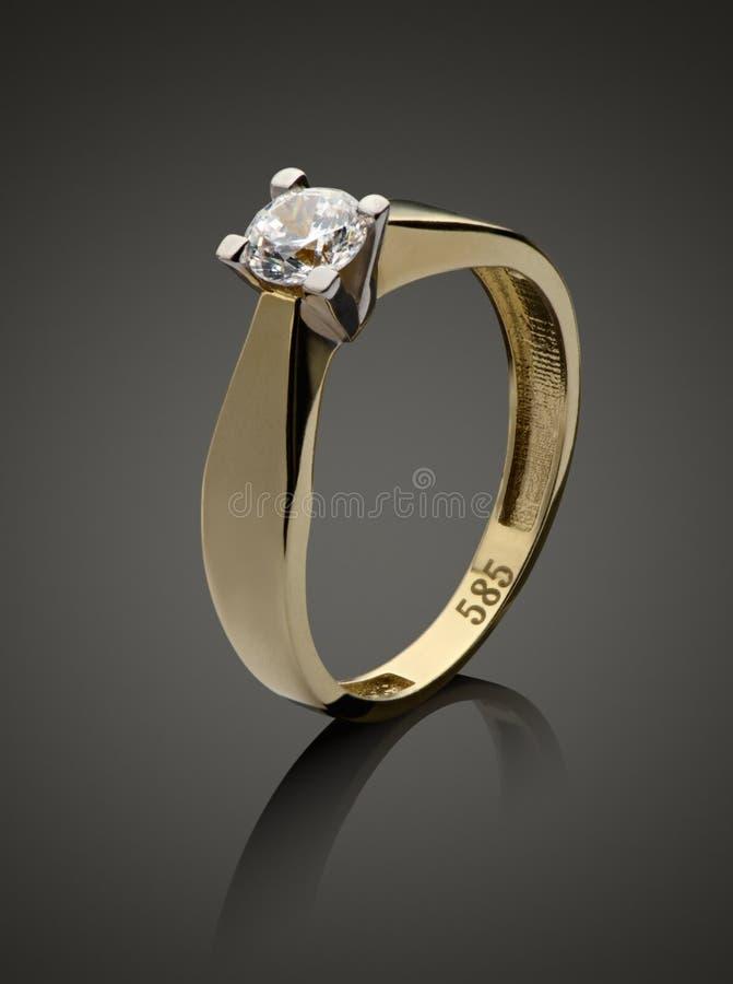 与金刚石的金戒指 库存照片