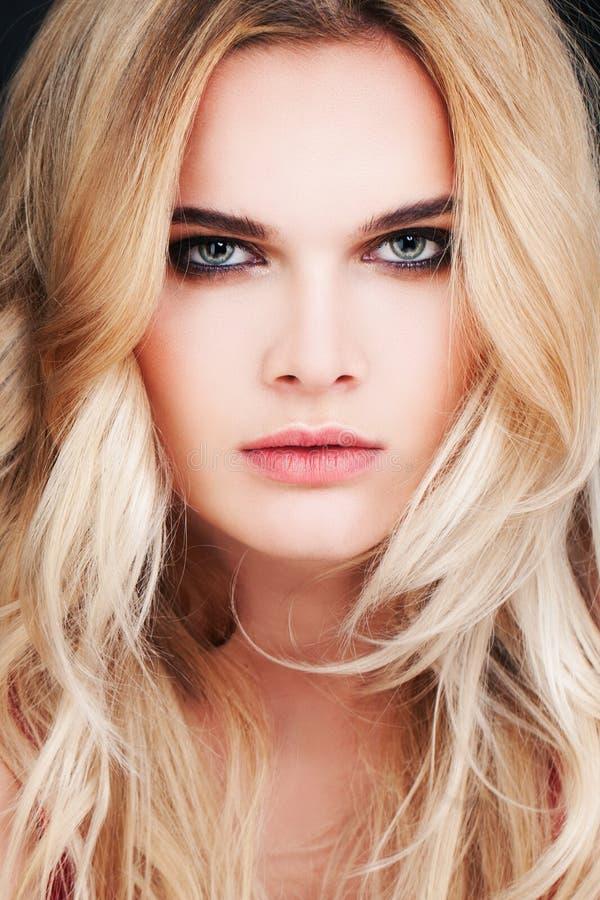 与金发的华美的时装模特儿 性感的妇女 图库摄影