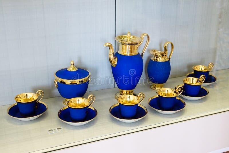 与金叶修剪的豪华蓝色瓷茶具 库存照片