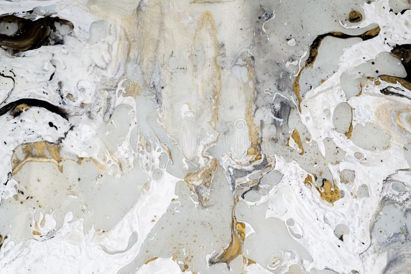与金子、黑色、灰色和白色的大理石背景纹理,使用丙烯酸酯的倾吐的中等艺术技术 有用作为backd 库存图片
