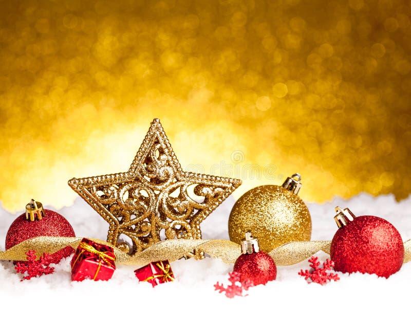与金子和红色装饰品的金黄圣诞节冷杉星装饰 图库摄影