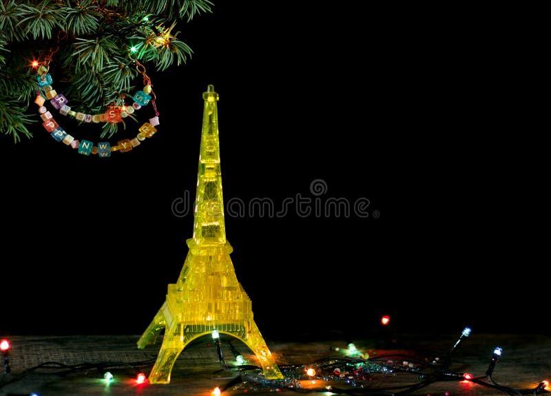 与金子埃佛尔铁塔的黄色模型的新年快乐卡片在巴黎 免版税库存图片