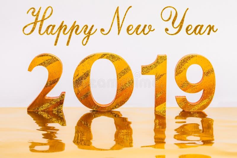 与金子文字的新年好2019年在金黄背景中 库存例证