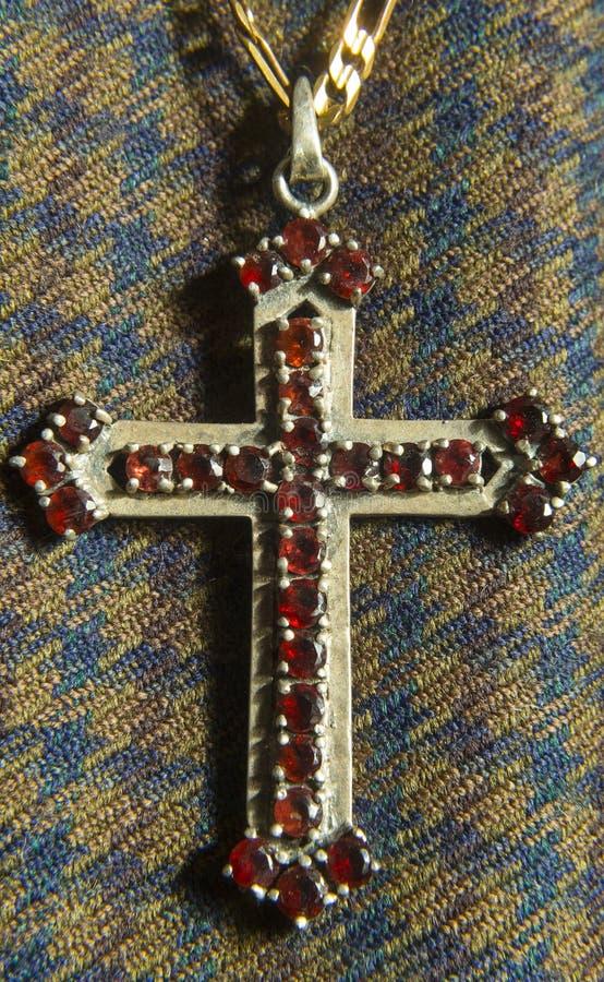 与金属和石头的老基督徒十字架 库存照片