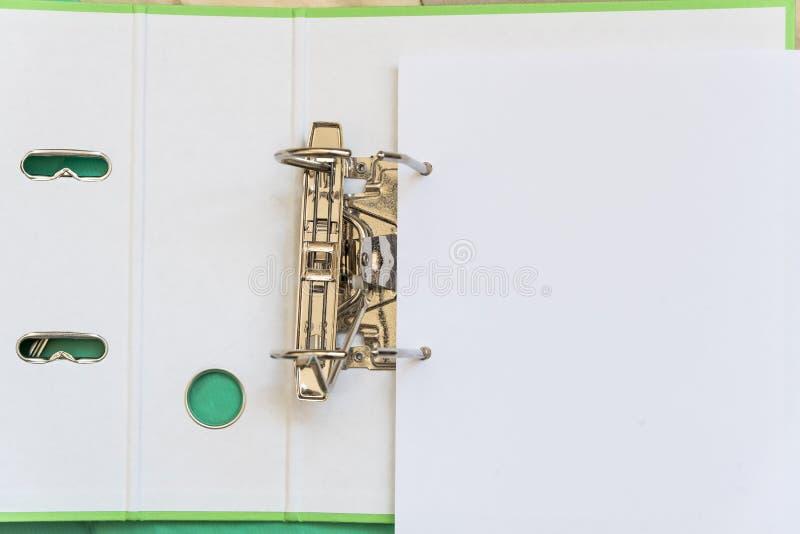 与金属夹子的开放文件夹纸的 办公室工具 r 库存图片