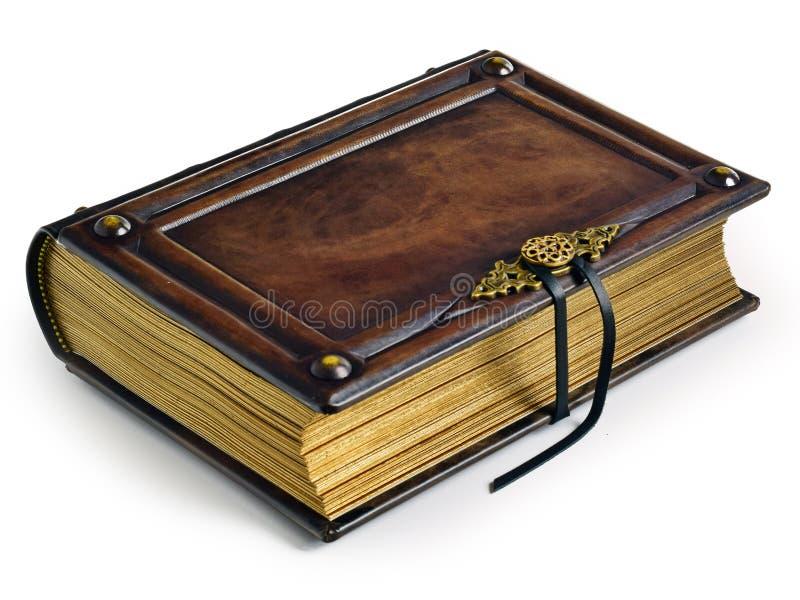 与金属扣和被镀金的纸的边缘的年迈的棕色皮革精装书 免版税库存照片