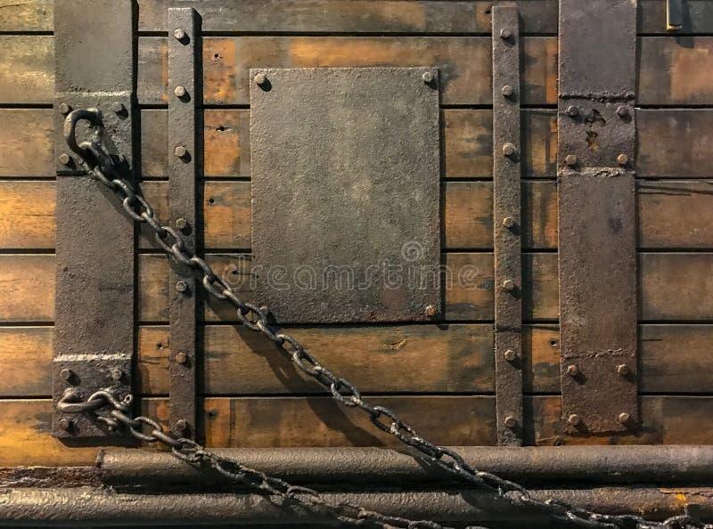 与金属片钉子和链子的古色古香的木门 免版税库存图片