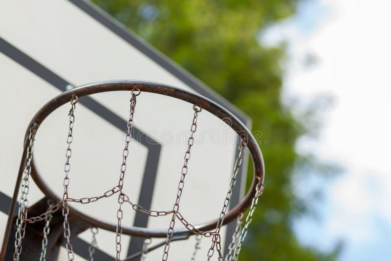 与金属网的篮球篮 免版税库存照片