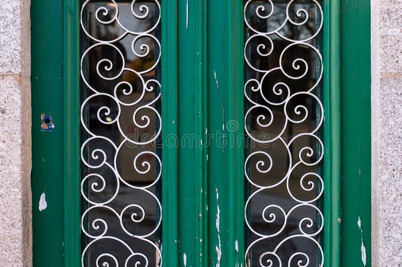 与金属装饰样式的老绿色门 免版税库存图片