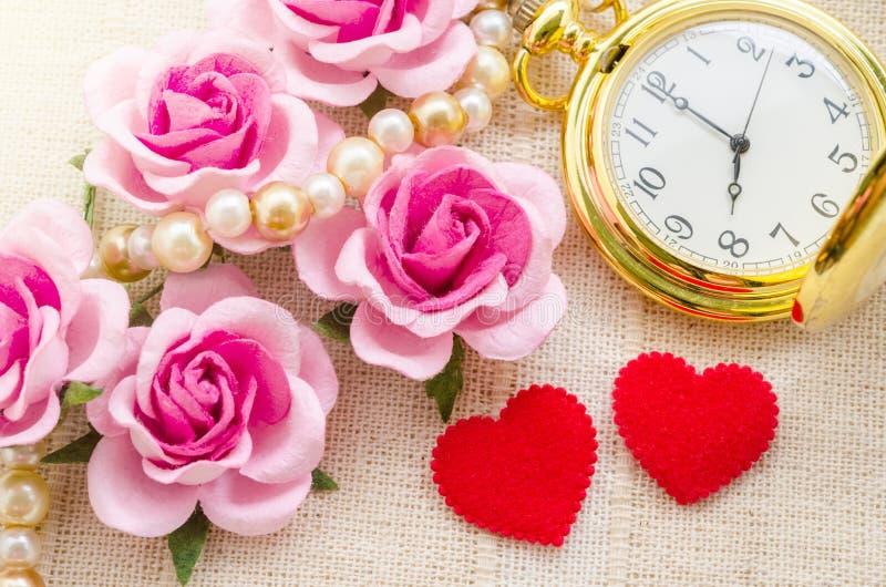 与金怀表的红色心脏和桃红色玫瑰 图库摄影