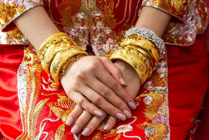 与金手镯的中国婚礼 库存图片