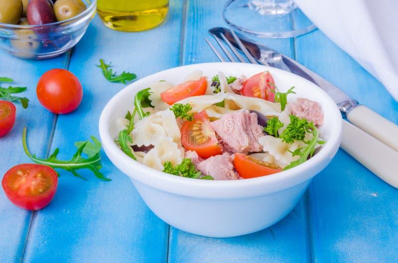 与金枪鱼、橄榄、西红柿和芝麻菜的意大利面制色拉 库存图片