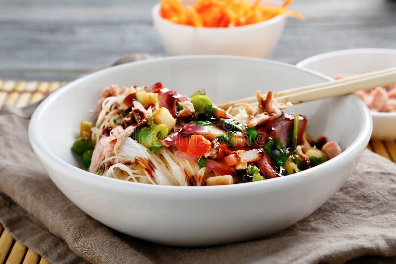 与金枪鱼、豌豆和葱的米线 库存图片