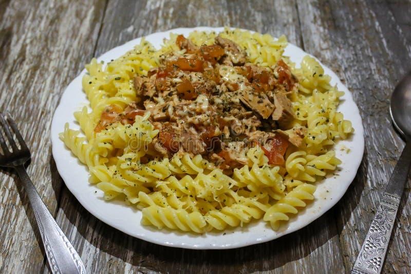 与金枪鱼和乳酪的Fusilli在木背景 自创面团用蕃茄、乳酪和草本 蓬蒿、牛至和胡椒 库存照片