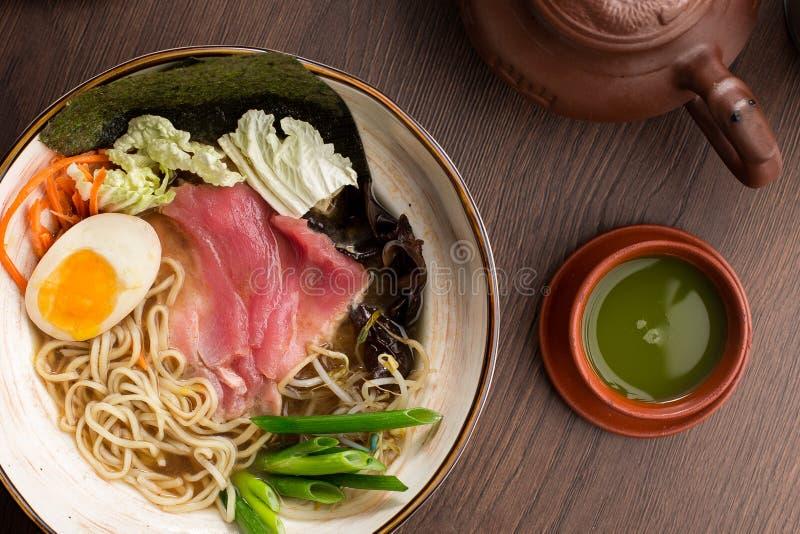 与金枪鱼的亚洲拉面和面条和matcha茶在餐馆 库存照片