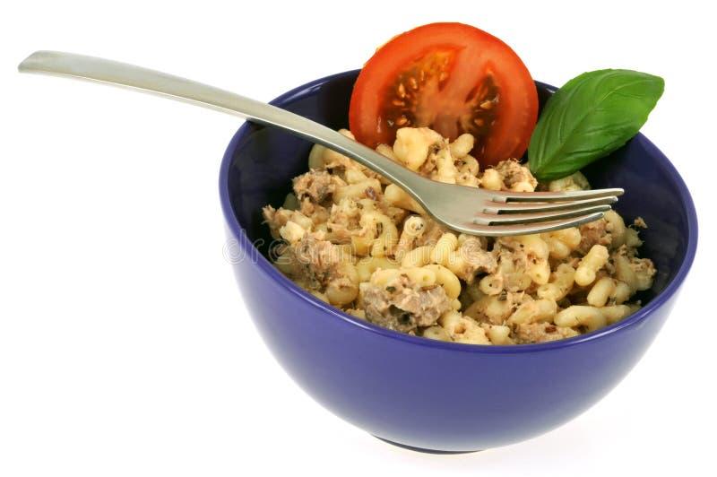 与金枪鱼的意大利面制色拉和切片蕃茄和蓬蒿叶子 库存照片