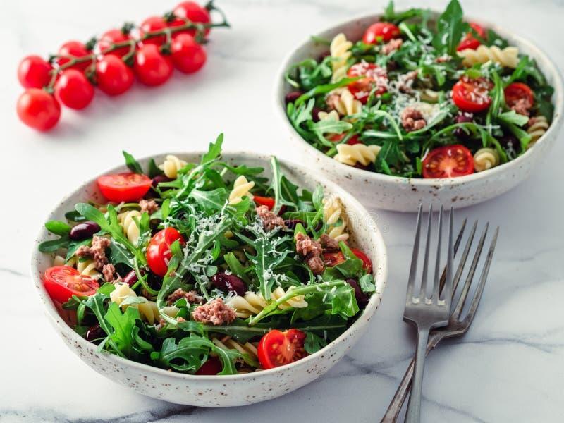 与金枪鱼,芝麻菜,蕃茄,豆,面团的温暖的沙拉 库存照片