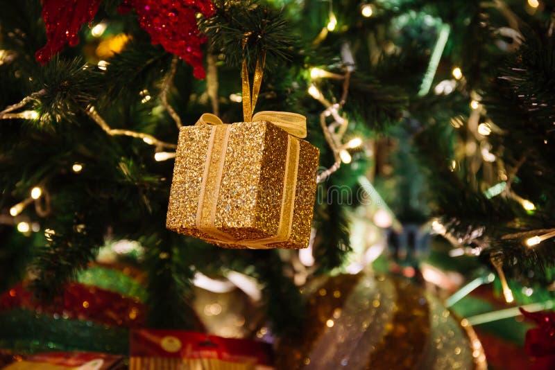 与金礼物盒的美好的装饰的圣诞树背景 图库摄影