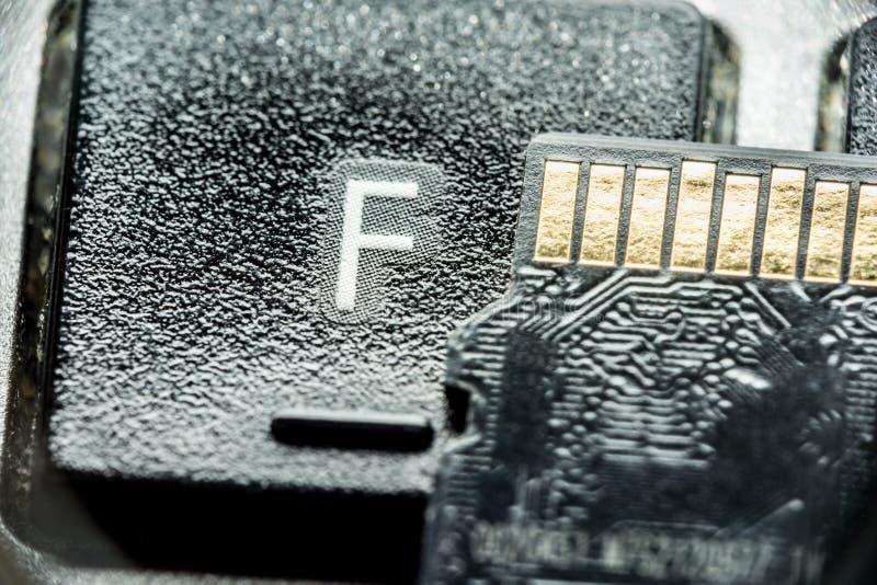 与金联络的黑微sd卡片在与信件F的钥匙 库存照片