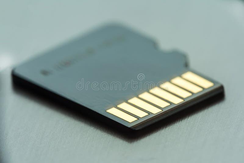 与金联络的黑微sd卡片灰色金属表面上 库存图片