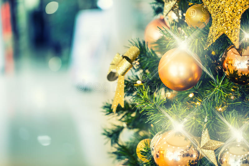 与金装饰的圣诞树在商城 库存图片